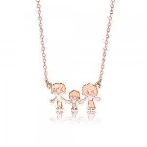 Κολιέ οικογένεια ροζ επίχρυσο από ασήμι 925. Αποτελείται από φιγούρες μαμάς, μπαμπά και μικρού αγοριού με ανάγλυφη αποτύπωση των χαρακτηριστικών.