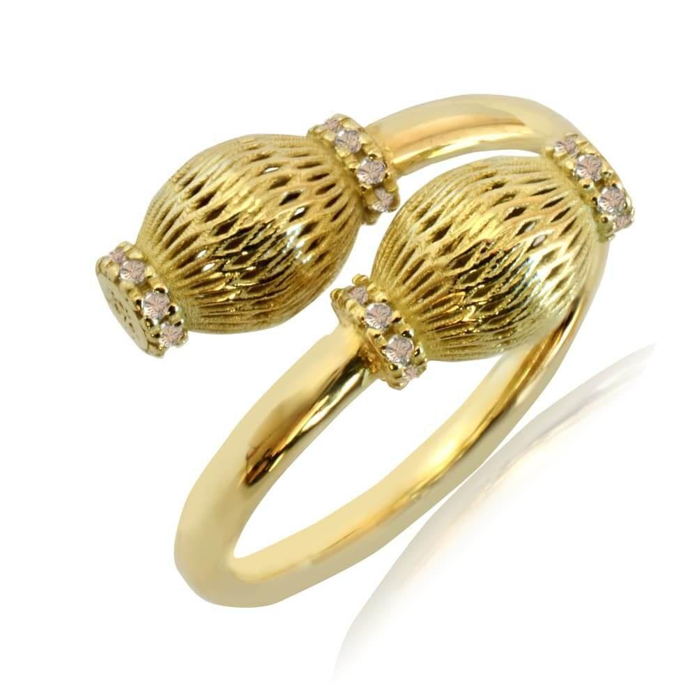 Γυναικείο δαχτυλίδι χρυσό 14Κ σε ιδιαίτερο σχέδιο, με οβάλ διάτρητες λεπτομέρειες και λευκές πέτρες ζιργκόν.