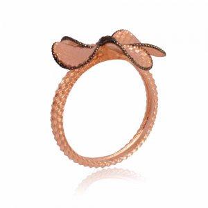 Γυναικείο δαχτυλίδι λουλούδι ροζ χρυσό 14Κ με πέταλα με ανάγλυφο διάκοσμο και λεπτομέρεια από μαύρο φινίρισμα.