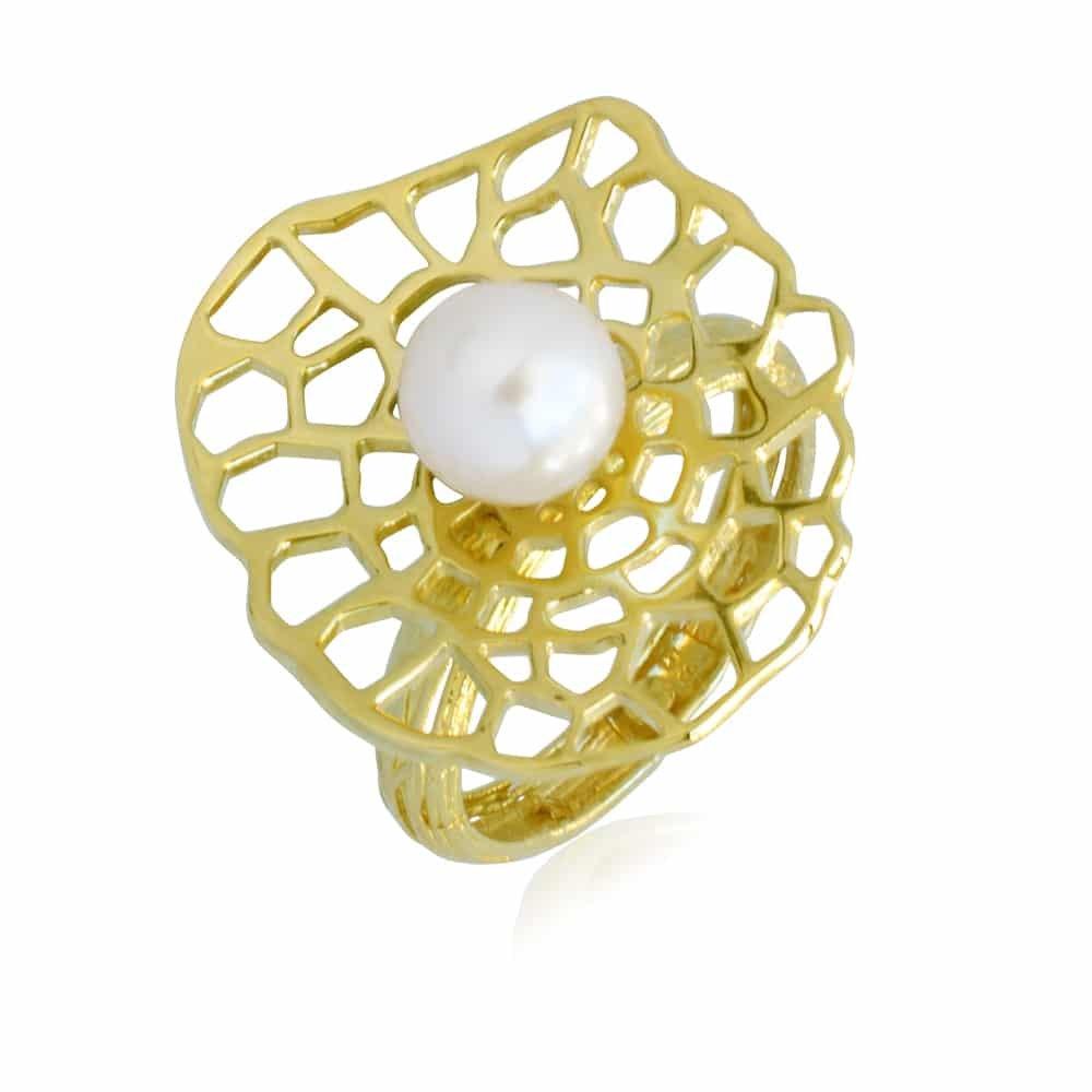 Δαχτυλίδι γυναικείο από χρυσό 14Κ με διάτρητη επιφάνεια και ένα μαργαριτάρι στο κέντρο.