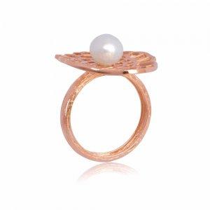 Δαχτυλίδι με μαργαριτάρι από ροζ χρυσό 14Κ με διάτρητη επιφάνεια σε εντυπωσιακό σχέδιο.