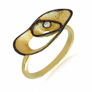 Δαχτυλίδι γυναικείο χρυσό 14Κ σε ιδιαίτερο σχέδιο με κυματιστές επιφάνειες σε σαγρέ φινίρισμα και ένα λευκό ζιργκόν.