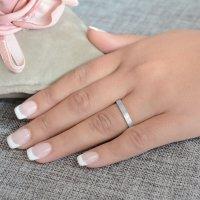 Βέρες γάμου ματ λευκόχρυσες 14Κ, με πλακέ τετραγωνισμένη επιφάνεια 3 mm. Η αρχική τιμή αναφέρεται σε μία βέρα Νο 10 και μεταβάλλεται ανάλογα με το νούμερό σας.