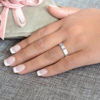 Βέρες γάμου από λευκό χρυσό 14Κ, σε κλασικό πλακέ σχέδιο, με τετραγωνισμένη επιφάνεια 4 mm και λουστρέ λαμπερό φινίρισμα. Η αρχική τιμή αναφέρεται σε μία βέρα Νο 10 και μεταβάλλεται ανάλογα με το νούμερό σας.