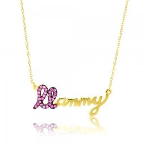 Κολιέ γυναικείο Mommy από χρυσό 14Κ, γραμμένο σε καλλιγραφική γραφή. Το γράμμα Μ είναι διακοσμημένο με φούξια ζιργκόν και η υπόλοιπη λέξη έχει λουστρέ φινίρισμα.