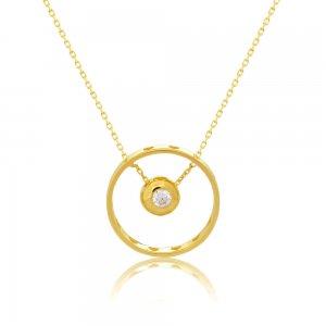 Χρυσό κολιέ κύκλος 14Κ σε ιδιαίτερο σχέδιο. Ο κύκλος είναι περιμετρικά διακοσμημένος με διάτρητες καρδιές και στο κέντρο κρέμεται μία πλακέ σφαίρα με ένα λευκό ζιργκόν.