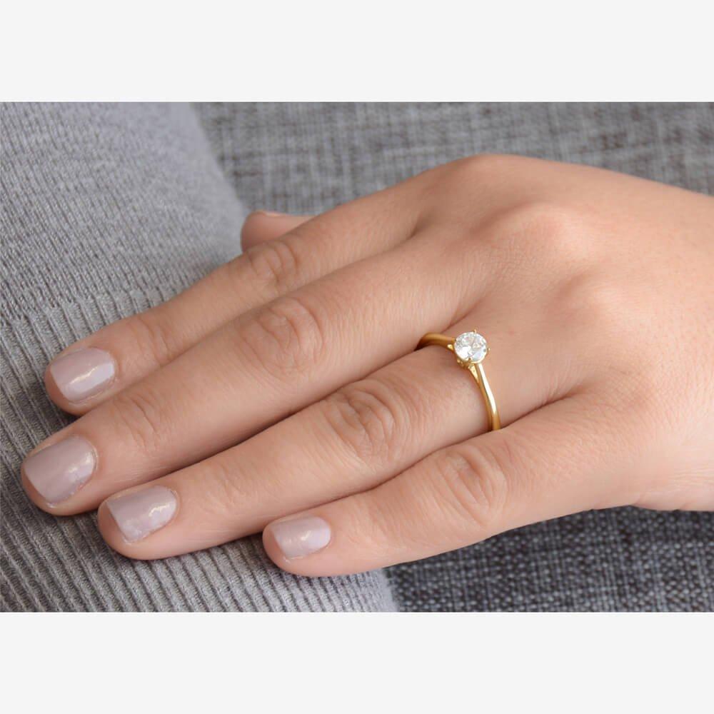 Μονόπετρο δατυλίδι από χρυσό 14Κ με πέτρα ζιργκόν. Η πέτρα στηρίζεται σε βάση με τέσσερα στηρίγματα που την αναδεικνύει υπέροχα! Στο μπροστινό και πίσω πλευρικό σημείο της βάσης υπάρχει διακριτικό λευκό ζιργκόν.