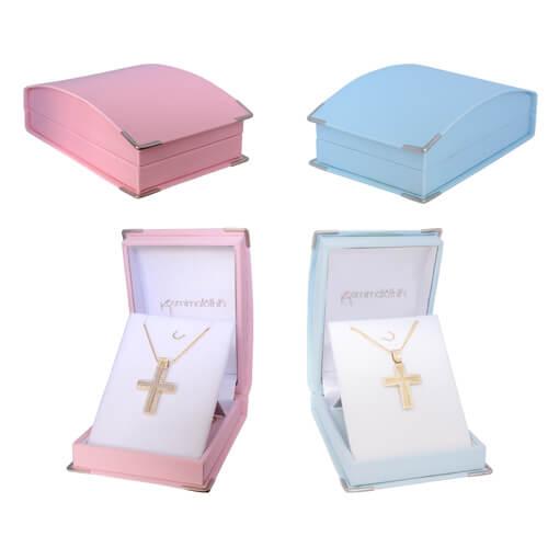Με την αγορά σταυρού βάπτισης από το κατάστημα kosmimatothiki.gr παρέχεται δωρεάν πολυτελής υφασμάτινη συσκευασία σε ροζ ή γαλάζιο χρώμα.