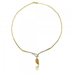 Σετ από χρυσό 14Κ διακοσμημένο με διακριτικό φύλλο και λευκές πέτρες ζιργκόν, δεμένες σε λευκό χρυσό. Έχει λαμπερό λουστρέ φινίρισμα και ανάγλυφα στοιχεία. Το σετ αποτελείται από κολιέ, βραχιόλι, σκουλαρίκια και δαχτυλίδι.