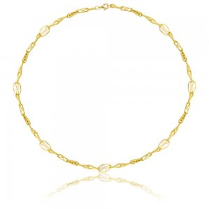 Κολιέ χρυσό με μαργαριτάρια 14Κ σε μοναδικό σχεδιασμό. Περιλαμβάνει πλεκτή χειροποίητη αλυσίδα, μεσα στην οποία περικλείονται διακριτικά μαργαριτάρια.