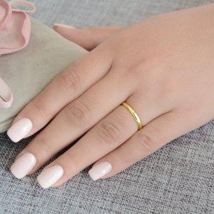 Κλασικές βέρες γάμου με ζιργκόν από χρυσό 14Κ. Έχουν καμπυλωτή επιφάνεια 2.8 mm σε λουστρέ λαμπερό φινίρισμα και η γυναικεία βέρα κοσμείται με ένα διακριτικό ζιργκόν. Η αρχική τιμή αναφέρεται σε μία βέρα Νο 10 και μεταβάλλεται ανάλογα με το νούμερό σας.