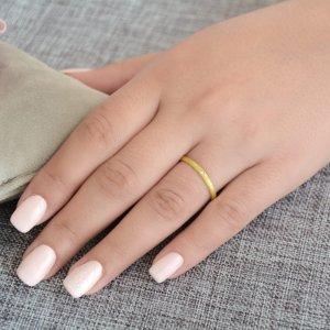 Χρυσές βέρες 14Κ, με καμπυλωτή επιφάνεια πλάτους 2,2 mm, σε ιδιαίτερο ματ σαγρέ φινίρισμα. Η γυναικεία βέρα είναι διακοσμημένη με μία λευκή πέτρα ζιργκόν.
