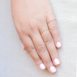 Βεράκι ασημένιο γυναικείο. Είναι φτιαγμένο από ασήμι 925 επιχρυσωμένο σε στριφτό μοντέρνο σχέδιο. Φορέστε ένα ή πολλά μαζί!