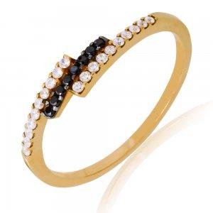 Χρυσό βεράκι δαχτυλίδι 14Κ, σε ιδιαίτερο σχέδιο με τριπλή σειρά, διακοσμημένο με λευκά και μαύρα ζιργκόν.