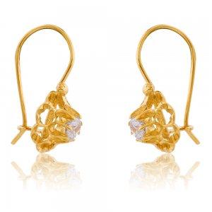 Κρεμαστά σκουλαρίκια λουλούδι από χρυσό 14Κ. Έχουν ξεχωριστό σχέδιο και είναι διακοσμημένα με ένα μεγάλο λευκό ζιρκόν στο κέντρο.