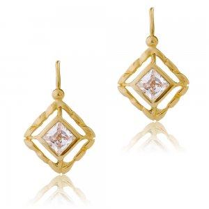 Κρεμαστά σκουλαρίκια χρυσά 14Κ σε σχήμα ρόμβου. Έχουν διάτρητο σχέδιο περιμετρικά και ένα εντυπωσιακό λευκό ζιρκόν στο κέντρο.