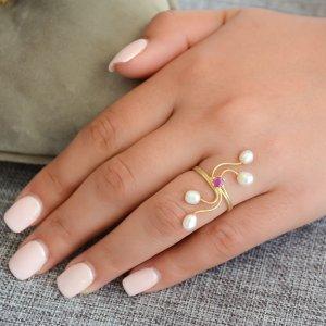Δαχτυλίδι από ασήμι με μαργαριτάρια, επίχρυσο. Πρόκειται για χειροποίητο γυναικείο δαχτυλίδι, διακοσμημένο με μαργαριτάρια καλλιεργημένα με ακανόνιστο σχήμα (Baroque) και ζιργκόν.