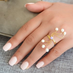 Ασημένιο δαχτυλίδι με μαργαριτάρια, επιχρυσωμένο, σε ιδιαίτερο σχέδιο. Πρόκειται για χειροποίητο γυναικείο δαχτυλίδι, διακοσμημένο με μαργαριτάρια καλλιεργημένα με ακανόνιστο σχήμα (Baroque) και ζιργκόν.