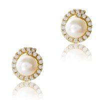 Μαργαριτάρι σκουλαρίκι χρυσό 14Κ σε ιδιαίτερο μοντέρνο σχέδιο. Τα μαργαριτάρια είναι καλλιεργημένα (fresh water pearls) και περιβάλλονται από μια σειρά διακριτικές λευκές πέτρες ζιρκόν.