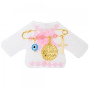 Παιδικό φυλαχτό για μωρό με κωνσταντινάτο, ασημένιο 925 επιχρυσωμένο, πάνω σε λευκό παιδικό ζακετάκι. Η παραμάνα είναι διακοσμημένη με ματάκι και μικρό σταυρό και ροζ συνθετικές πέτρες.