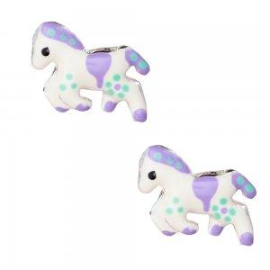 Σκουλαρίκια παιδικά αλογάκι ασημένια, καρφωτά, διακοσμημένα με σμάλτο σε λευκό χρώμα με μοβ λεπτομέρειες.