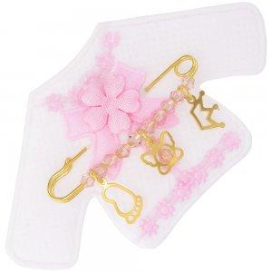 Κόσμημα για μωρό κοριτσάκι από ασήμι 925, επίχρυσωμένο, πάνω σε παιδικό ζακετάκι. Η παραμάνα για νεογέννητο κοριτσάκι είναι διακοσμημένη με κορώνα, πεταλούδα, πατούσα και ροζ πέτρες.