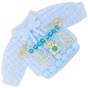 Παραμάνα ασημένια για αγόρι 925 επιχρυσωμένη, πάνω σε πλεκτό ζακετάκι. Η παραμάνα για νεογέννητο αγόρι είναι διακοσμημένη με διακριτικό σταυρό, αρκουδάκι, διάτρητη πατούσα και γαλάζιες πέτρες.