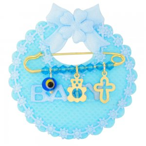 Παραμάνα κόσμημα από ασήμι 925, επιχρυσωμένο, πάνω σε γαλάζιο μαξιλαράκι σαλιάρα. Η παραμάνα για νεογέννητο αγόρι είναι διακοσμημένη με ματάκι, αρκουδάκι, διάτρητο σταυρό και γαλάζιες πέτρες.