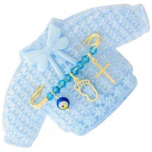 Παραμάνα παιδική ασημένια 925, επίχρυσωμένη, πάνω σε πλεκτό ζακετάκι. Η παραμάνα για νεογέννητο αγόρι είναι διακοσμημένη με ματάκι, σταυρουδάκι, πατούσα και γαλάζιες πέτρες.