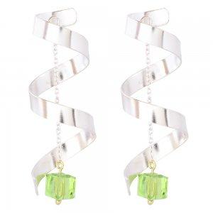 Σκουλαρίκια κρεμαστά μοντέρνα ασημένια 925, με επιπλατίνωμα. Έχουν ελικοειδές σχέδιο, που στο κέντρο κρέμεται με αλυσίδα μια πράσινη πέτρα ζιργκόν.