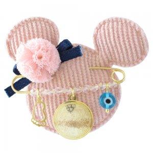 Κόσμημα για μωρό κοριτσάκι από ασήμι 925 επιχρυσωμένο, με κωνσταντινάτο διπλής όψης, ματάκι και πατούσα. Περιλαμβάνει ροζ παιδικό μαξιλαράκι.